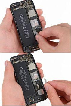 STAP 2. Verwijder de metalen beugel van de batterij connector van de iPhone.