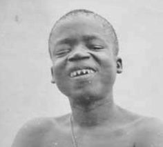 This is the shameful story of Ota Benga, who was forced to live in a human zoo for many years before committing suicide. Livingstone, Ota Benga, Alabama, Carolina Do Sul, Zulu, This Man, Survival Tips, Cage, The 100