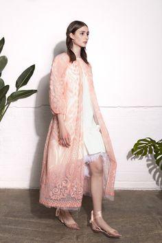 Huishan Zhang Resort 2019 Fashion Show Collection: See the complete Huishan Zhang Resort 2019 collection. Look 9 Vogue Fashion, Fashion Week, Fashion 2020, Fashion Looks, Fashion Outfits, Female Fashion, Kimono Fashion, Style Fashion, Look Rose