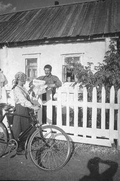 Почтальон принесла газеты бригадиру Марину, 1938 г., Куйбышевская обл.