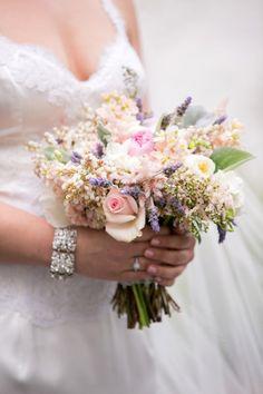 Buquê de noiva lilas ou orquidea radiante: a cor de 2014! - Para um buquê de noivas delicado e romântico, prefira o tom lilás com tons claros e pastéis.