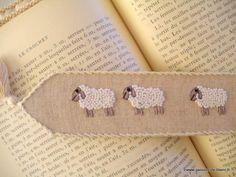 Ambiance déco et parfumée/Marque-page avec moutons brodés main sur toile métis écru