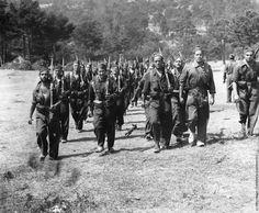 Soldados republicanos caminando hacia la línea del frente en la Sierra de Guadarrama durante la Guerra Civil española.