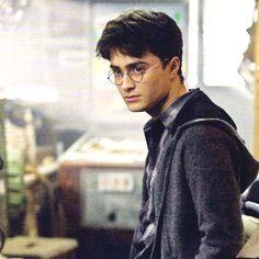 Tag a friend that looks like Harry Potter #HarryPotter #Harry_Potter #HarryPotterForever #Potterhead #harrypotterfan #jkrowling #HP
