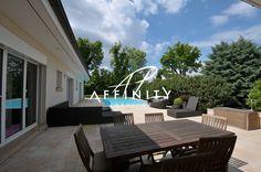 AFFINITY PRESTIGE // COLOGNY Splendide propriété de plain-pied de 300 m² avec vue partielle sur le lac. Belle pièce de vie avec cheminée. Suite parentale avec salle de bain et salle d'eau.  Matériaux de qualité. Environnement très calme. Piscine chauffée. Portails électriques. Arrosage automatique. Système d'alarme avec caméras. Portail automatique http://www.affinityprestige.ch/propriete/v3305/