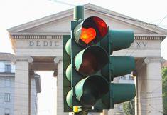 Il rosso del semaforo che indica l'alt si trasforma in un cuore: accade nel centro di Milano e l'iniziativa incuriosisce automobilisti e pedoni. Soprattutto perché nessuno, a cominciare dalla polizia locale, è riuscito a individuare gli autori del bliz: gli stessi, probabilmente, che d