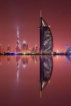 Dubai es la ciudad más poblada de los Emiratos Árabes Unidos. Se encuentra en la costa sureste del Golfo Pérsico y es uno de los siete emiratos que conforman el país