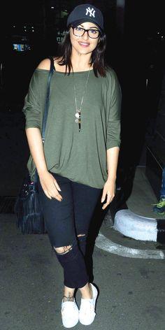 Bollywood Celebrities Airport Look - Fashion Foody Bollywood Outfits, Bollywood Saree, Bollywood Fashion, Bollywood Girls, Sonakshi Sinha, Kareena Kapoor, Deepika Padukone, Indian Celebrities, Bollywood Celebrities