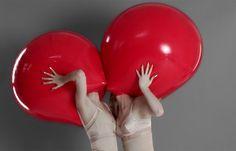 twee lichamen die tegen elkaar aan staan. emoties en gevoelens lopen in elkaar over