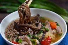 Pyszna, gęsta zupa z grzybami mun, lekko ostra i delikatnie kwaśna, aromatyczna że ach. Azjatyckich przepisów są setki tysięcy, a modyfikacje są jak