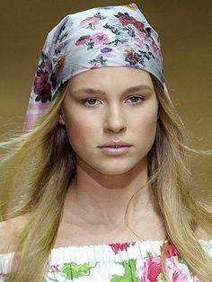 Pañuelos, turbantes y sombreros: accesorios del verano para la cabeza