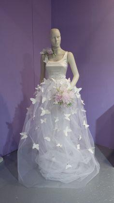La sposa circondata dalle farfalle