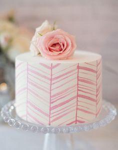 Aqui, as linhas contornam todo o bolo, formando um padrão super legal. A tonalidade delicada garante que o mini cake fique romântico e relativamente discreto. As linhas feitas à mão têm um traçado irregular, ficando um acabamento super artístico.