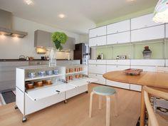 Einfallsreiche Aufbewahrungsmöglichkeiten mit USM HALLER Möbel Lassen Sie sich von stilvollen USM HALLER Möbel und kreativen Designs für Ihr Zuhause inspirieren. Die modularen Möbel von USM belohnen kreatives Denken. Als Stauraumlösung für das ganze Haus, können Sie mit den Möbeln Ihre Wohnbereiche neu strukturieren, ohne dass Sie dafür Handwerker engagieren müssen. Richten Sie einen neuen Treffpunkt in …