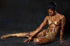 Обнаженное женское тело и золотые орнаменты