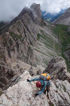 the Maximiliansteig, which runs along the ridge of Cima di Terrarossa. In the background you can see the Rifugio Alpe di Tires