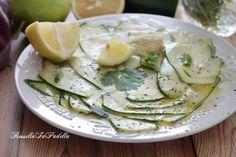 Zucchine marinate al limone e menta, a crudo senza cottura. Ricetta semplice e facilissima che non richiede cottura. Buone e leggere