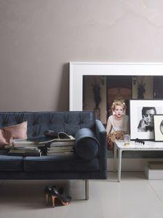 elle-decor-black-sofa want that photo Elle Decor, Living Room Designs, Living Room Decor, Bedroom Decor, Black Sofa, Navy Couch, Deco Design, Home Decor Inspiration, Home And Living