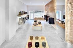 El estudio ROK proyecta la boutique MRQT. Shop wood design wall interior microconcret bjad grey low mirror.