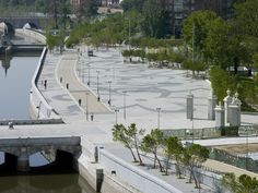 Propose to resolve the urban situation of Madrid Rio , exclusively by means of landscape architecture. Galería de Proyecto Madrid-Río