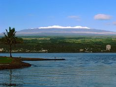 Hilo is a picturesque old sugar town that curves around the broad rim of sparkling Hilo Bay. It sits upon some of the most extravagant natural attractions
