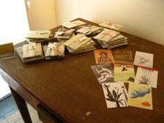 le cartoline 'Sotto una zolla splende la luna' in pacchetti art deco