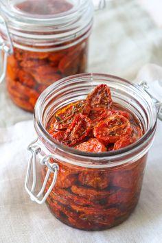 Semitørrede Tomater - Hjemmelavede Semitørrede Tomater - Lækre hjemmelavede semitørrede tomater, som smager fantastisk i salater, sandwiches eller blot som tilbehør til aftensmaden… Vi elsker at snacke af dem til lidt ristet brød også med lidt feta til. De tager ikke meget af din egen tid at lave. #Tapas #Tomat #Tilbehør Tapas Recipes, Real Food Recipes, Vegetarian Recipes, Cooking Recipes, Healthy Recipes, Food N, Food And Drink, Chutney, Tapas Menu