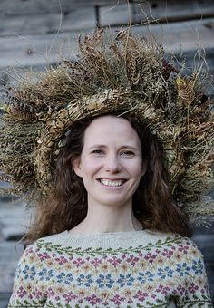 Birkin sweater pattern by Caitlin Hunter, published in Laine Magazine (photo by Jonna Heitala) Brooklyn Tweed, Fair Isle Knitting, Arm Knitting, Knitting Ideas, Crochet Fall, Knit Crochet, Blue Sky Fibers, Baby Scarf, Christmas Knitting Patterns