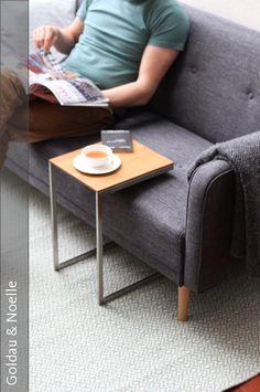 So schön kann praktisch sein. Beistelltisch JANO ist ein filigran puristischer Tisch aus Massivholz mit Edelstahlgestell. Die zurückhaltende Optik fügt sich wunderbar in nahezu jedes Wohnambiente ein. Locker über das Sofa gezogen ist JANO die perfekte Ablage für den gemütlichen Abend auf der Couch oder die entspannte Tasse Tee am Nachmittag. Der Beistelltisch wird in unserer Manufaktur auf Maß gefertigt. Zur Auswahl stehen verschiedenen Holzsorten und Stahlarten.