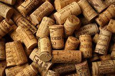 A reutilização de rolhas de garrafas de vinho é muito criativa e sustentável, serve para decorar sua casa ou até mesmo seu comércio. Aprenda a fazer um jardim vertical de rolhas.
