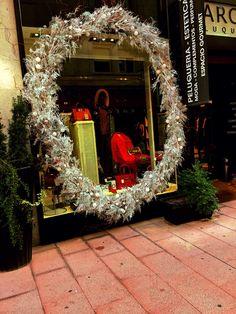 Maxi- corona de Navidad realizada por www.floristeriamarques.com Christmas windows