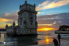 Por do sol na Torre de Belém . A Torre de Belém é um dos monumentos mais expressivos da cidade de Lisboa. Localiza-se na margem direita do rio Tejo, na freguesia de Belém, onde existiu outrora a praia de Belém. Inicialmente cercada pelas águas em todo o seu perímetro, progressivamente foi envolvida pela praia, até se incorporar hoje à terra firme.