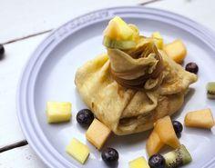 Få opskriften på helt fantastiske pandekager serveret med et lækkert fyld af blandet sød frugt og hjemmelavet vaniljecreme!