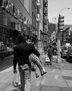 Suddenly a giraffe... Welcome to New York!  #giraffe #newyork #newyorkcity #nyc #ny #photography #street #streets #streetphotography #bw #blackandwhite #fuji #fujifilm #fujixseries #fujix #fujix100t #x100t #fujilove #konzy http://fb.me/konzy.me