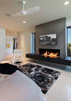 Dream home in the Arizona desert merges indoor/outdoor living - Thuisdecoratie Fireplace Tv Wall, Modern Fireplace, Living Room With Fireplace, Linear Fireplace, Fireplace Ideas, Modern Electric Fireplace, Stucco Fireplace, Fireplace Remodel, Contemporary Fireplace Designs