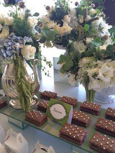 Evento decorado en verdes con toque de blanco y hortensia azul, follajes, rosa blanca, amaranto, en estilo orgánico. Mesa dulce con hortensia  @babiloniaflores