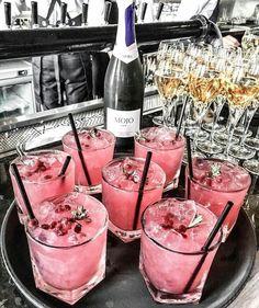 5 verrassende dingen voor elke Rosé lover - Was Sie Für Die Party Wissen Müssen Fancy Drinks, Cocktail Drinks, Yummy Drinks, Cocktail Recipes, Alcoholic Drinks, Yummy Food, Pink Cocktails, Beverages, Pink Drinks