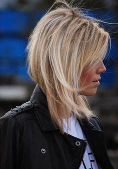 coupe cheveux carré plongeant long blond coiffure femme