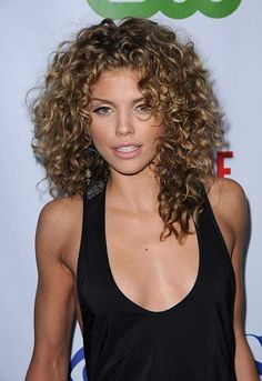 8 Gorgeous Ways to Style Naturally Curly Hair - Hair Styles Haircuts For Curly Hair, Curly Hair Tips, Short Curly Hair, Curled Hairstyles, Hairstyles Haircuts, Wavy Hair, Cool Hairstyles, Curly Hair Layers, Medium Curly