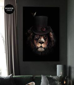 Poster van een leeuw uitgedost in een klassieke kledingstijl met hoge hoed. Uitgevoerd met een hoog contrast tegen een zwarte achtergrond.  Deze poster is bijzonder geschikt voor in een Scandinavisch, modern, minimalistisch, basic , industrieel,  klassiek of landelijk interieur.