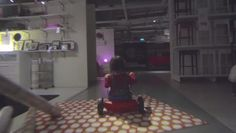 """Spot Ikea Singapur Halloween: Algunas escenas del cine han quedado grabadas en nuestras retinas para siempre, como es el caso del momento en el que el niño recorre los pasillos del hotel del """"Resplandor"""""""