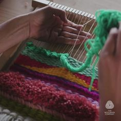 Learn to weave your own piece of wonderful wall art with renowned textile artist Natalie Miller. Weaving Textiles, Weaving Patterns, Tapestry Weaving, Weaving Designs, Crochet Patterns, Weaving Loom Diy, Hand Weaving, Weaving Wall Hanging, Macrame Design
