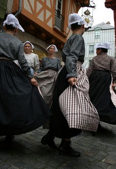 Danse traditionnelle bretonne en costumes pendant les Fêtes historiques de #Vannes.