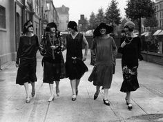 Models outside the fashion exhibition at Holland Park in London wearing contemporary dropped waist dresses, August 1925. #vintage #fashion #1920s