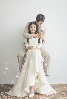 Pre Wedding Shoot Ideas, Pre Wedding Poses, Pre Wedding Photoshoot, Wedding Couples, Wedding Inspiration, Korean Wedding Photography, Wedding Couple Poses Photography, Couple Photoshoot Poses, Bridal Photography