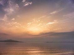 ( Morning Now at Hakata bay in Japan ) 25 Jun. 5:33 朝日は対岸の厚い雲の中を昇っているようです。