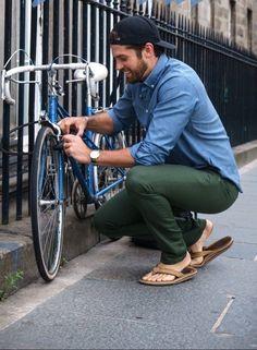 10 Best Casual Shirts For Men That Look Great - Mens Shirts Casual - Ideas of Mens Shirts Casual - 10 Best Casual Shirts For Men That Look Great! Mode Masculine, Stylish Men, Men Casual, Best Casual Shirts, Blue Oxford Shirt, Flipflops, Barefoot Men, Mens Flip Flops, Male Feet