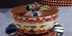 Blatul de tiramisu se prepara cu fursecuri inmuiate putin in sirop de cafea. Este unul dintre cele mai simple si fine blaturi! Tiramisu, Mai, Risotto, Cheesecake, Ethnic Recipes, Desserts, Food, Cheesecake Cake, Tailgate Desserts