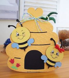 Coconut Lounge Creations: Cricut inspiration and more .Create a Critter - Bee Cricut CardThe inspiration for the card with the bees is from a card I saw made on you tube. Made with Create A Critter Cricut cartridge . Kids Crafts, Bee Crafts, Preschool Crafts, Diy And Crafts, Paper Crafts, Create A Critter, Bee Party, Shaped Cards, Cricut Cards