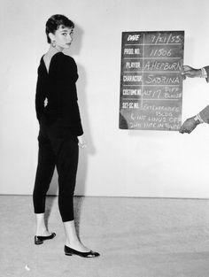 """Audrey Hepburn en un prueba de vestuario de """"Sabrina"""" (1954)."""